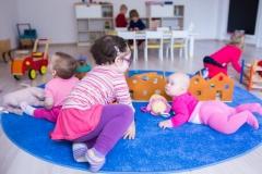 dzieci-na-dywanie-duza-sala