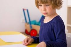 dziecko-kolorowe-kredki