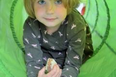 dziewczynka-zielony-tunel