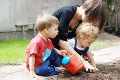 zabawa-ziemia-sadzenie-podlewanie-maly-obrazek