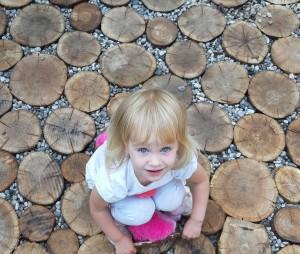 dziewczynka-w-ogrodzie